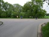 Gevaarlijk kruispunt met de industrieweg (zie gedenkkruisje rechterbovenhoek); hier moet het pad rechtdoor lopen maar voorlopig ligt er geen pad. Naar links bevindt zich de Buulmolen.