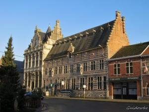 Zoutleeuw - Vroeger gewoon Leeuw (heuvel in het Oudndl), zout werd later aangevoerd via Demer en Gete; laken werd uitgevoerd, vandaar mooie Lakenhalle.