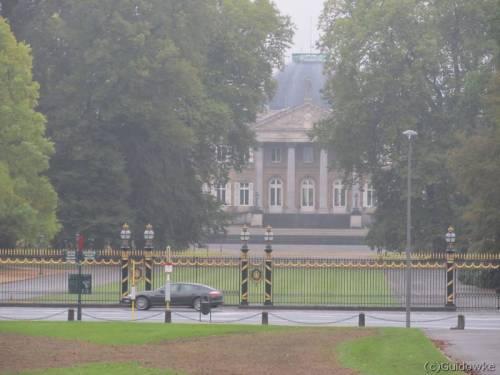 Voorbij het Monument van de Dynastie naar het Koninklijk Paleis van Laken.
