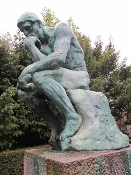 De Denker van Rodin op het kerkhof van de kerk van Laken